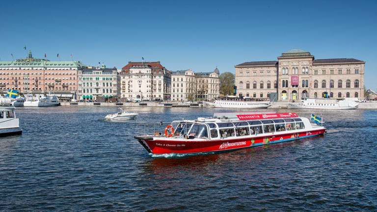 Red-sightseeing-boat-2-0x0
